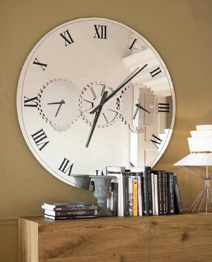 Часы-зеркало в интерьере — как правильно повесить на стену