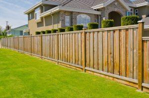 Виды заборов и ограждений для дома: красивые варианты