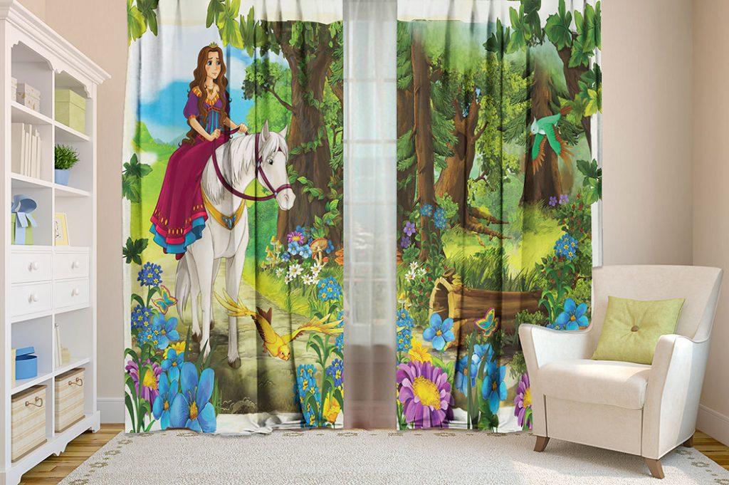 Яркие шторы в детскую комнату для маленькой девочки